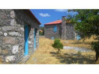 Ege de denize yakın üç adet taş ev..  (Turkije).
