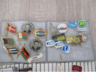 Vintage buttons etc van goede merken ook speldjes izgst