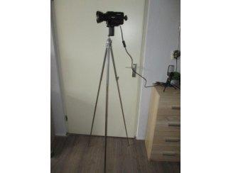 Een vintage filmcamera omgebouwd tot een unieke kunst staand