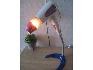 Een haarföhn omgebouwd tot een unieke kunst staande lamp.