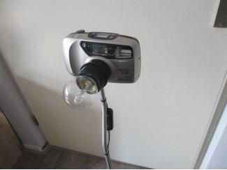 Een fototoestel Pentax omgebouwd tot een unieke kunst staand