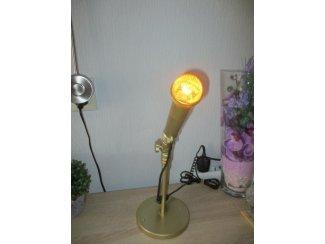 goudkleurige microfoon op voetstandaard als lamp kunstdesign