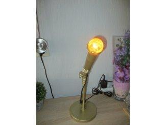 goudkleurige microfoon  omgebouwd tot een unieke kunst staande la