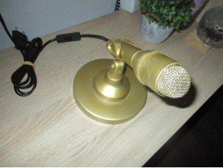 Goude microfoon omgebouwd tot een unieke kunst staande lamp