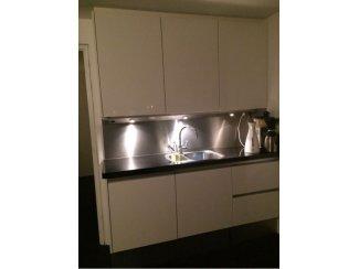 Hoogglans(Wit)Keuken met inbouwapparatuur Granieten Aanrechtplad.