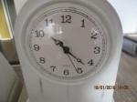 Witte staande klok maat 19 cm breed en 24 cm hoog en diep 7