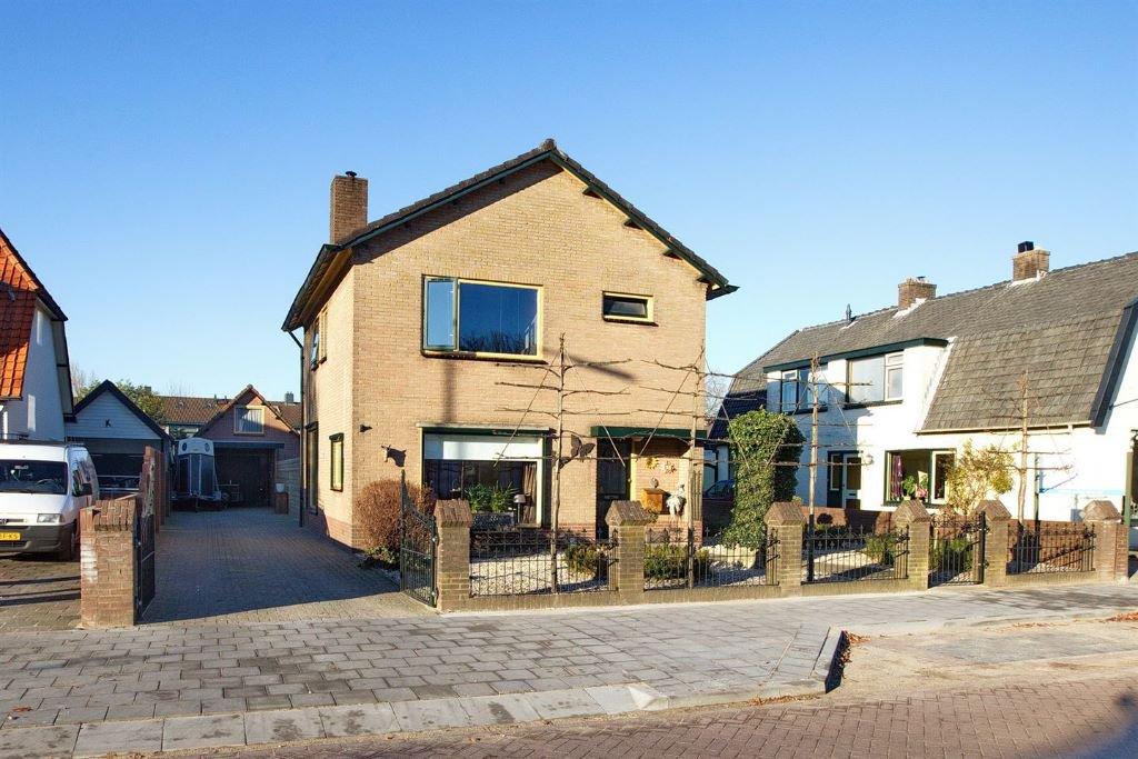 Huis met vrijstaande garage royale tuin met ingebouwd for Huis met paardenstallen te koop